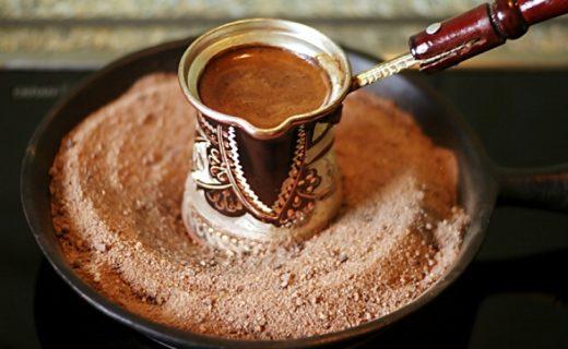 Кофе по-восточному является давним и доступным способом приготовления кофе. Он готовится в турке на на открытом маленьком огне или горячем песке.